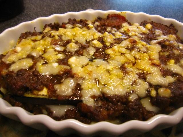 ミートソースをアレンジして、ナスチーズ焼きを手作りされています。