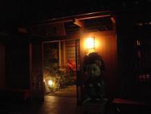 【舞妓体験】変身処 舞香 オフィシャルブログ-夜の玄関前。
