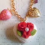 白マカロンと赤薔薇のバッグチャーム