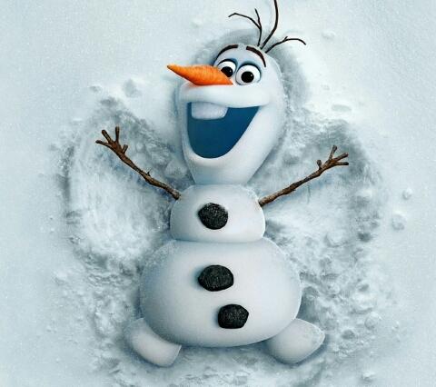 雪に寝転がるオラフ