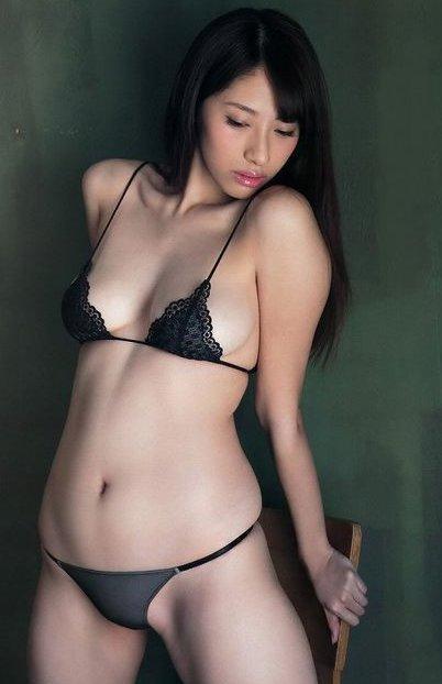黒の小さな水着がセクシーな染谷有香
